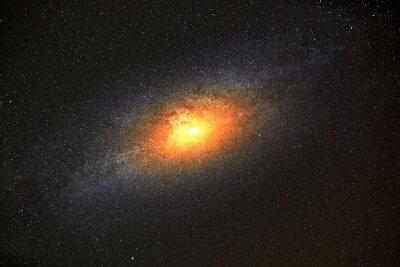Fotomural Galaxia más brillante en el fondo de cielo oscuro con estrellas