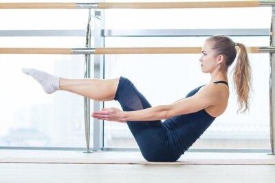 Fotomural gimnasio, deportes, ejercicio y estilo de vida concepto - mujer haciendo