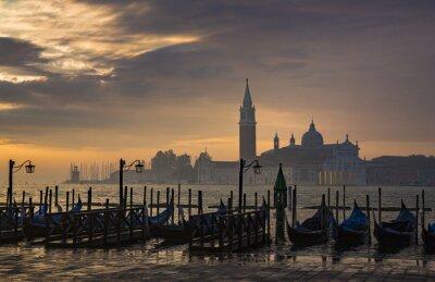 Fotomural Góndolas por Plaza de San Marcos durante el amanecer con San Giorgio Maggiore di iglesia en el fondo en Venecia Italia