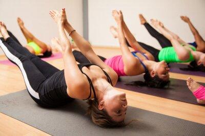 Fotomural Grupo de mujeres durante la clase de yoga