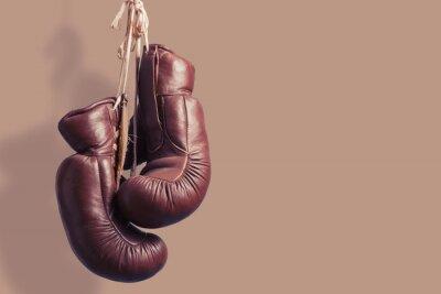Fotomural Guantes de boxeo viejos colgando