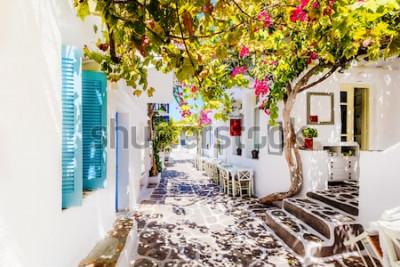 Fotomural Hermosa calle en la isla de Paros, Grecia