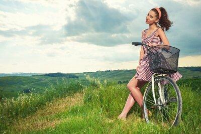 Fotomural Hermosa chica con bicicleta de época al aire libre, Toscana tiempo de verano