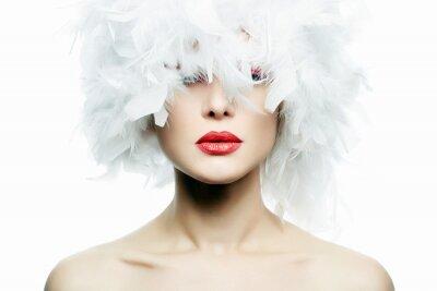 Fotomural Hermosa chica en plumas blancas sombrero. Maquillaje