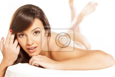 Fotomural Hermosa Morena Desnuda Acostada En Una Cama Blanca En El Fondo