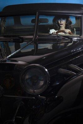 Fotomural Hermosa mujer en el coche de la riqueza