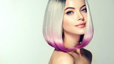 Fotomural Hermosa mujer para teñir el cabello. Corte de pelo de moda de moda. Ombre bob peinado corto. Modelo rubia con peinado corto y brillante. Concepto para colorear el cabello.
