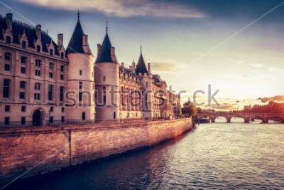 Fotomural Hermoso horizonte de París, Francia, con Conciergerie, Pont Neuf al atardecer. Fondo de viaje colorido. Paisaje romántico.