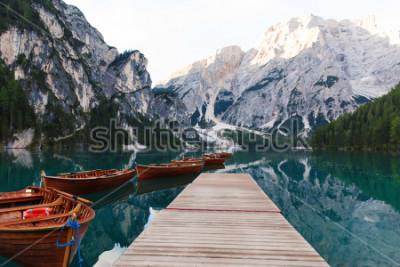 Fotomural Hermoso paisaje del lago Braies (Lago di Braies), lugar romántico con puente de madera y botes en el lago alpino, montañas de los Alpes, Dolomitas, Italia, Europa