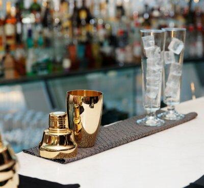 Fotomural Herramientas de camarero en barra de bar, espacio de la copia