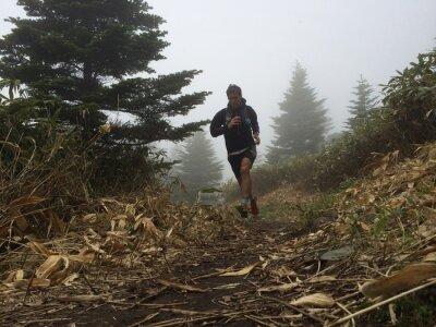 Fotomural Hombre corriendo en alta sendero de montaña