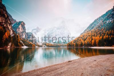 Fotomural Imagen escénica del lago alpino Braies (Pragser Wildsee). Lugar lugar parque nacional de Dolomiti Fanes-Sennes-Braies, Italia, Europa. Gran foto de lo salvaje. Explora la belleza de la tierra. Concept