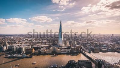 Fotomural Impresionante vista panorámica sobre el río Támesis, el fragmento, el horizonte de Londres y el paisaje urbano desde el rascacielos. Foto aérea de la gran ciudad.