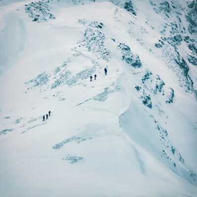 Fotomural Invierno paisaje de altas montañas nevadas