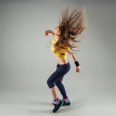 Fotomural Joven enérgico zumba fitness mujer bailarina en movimiento en clase