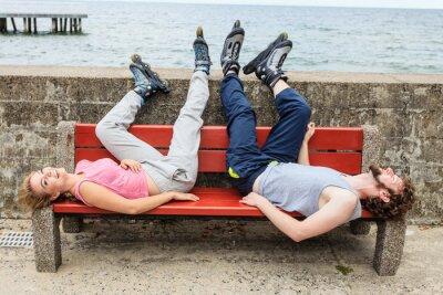 Fotomural Jóvenes amigos de relax en el banco.