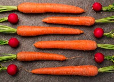 Fotomural Karotten und Radieschen auf einer, Granitplatte arrangiert, Draufsicht