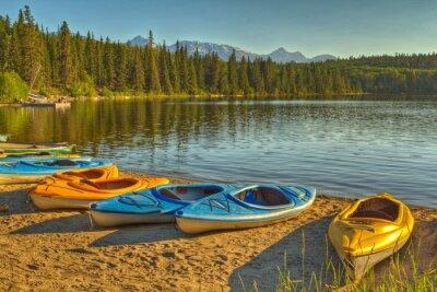 Fotomural Kayaks en el lago Pyramid en el Parque Nacional Jasper, Alberta, Canadá