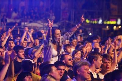 Fotomural KYIV, Ucrania - el 30 de junio de 2012: La gente baila durante la Reina realiza en escena en la caridad Anti-SIDA concierto en el cuadrado de la Independencia el 30 de junio de 2012 en Kiev, Ucrania