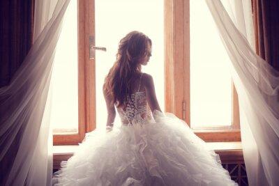 Fotomural La hermosa novia contra una ventana en el interior