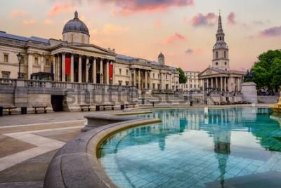 Fotomural La plaza Trafalgar en Londres, Inglaterra, con National Gallery y St Marting en la iglesia Fields bajo una luz dramática