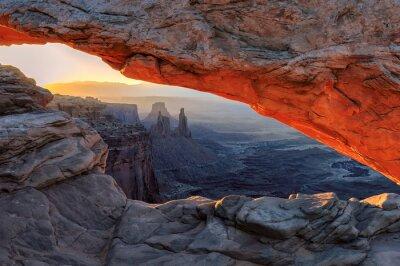Fotomural La salida del sol amarillo en rojo Mesa Arch en el Parque Nacional Canyonlands, Utah, EE.UU.