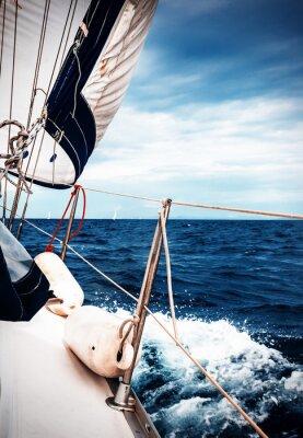 Fotomural Las velas blancas de yates en el fondo del mar y el cielo en las nubes