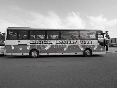 Fotomural LIVERPOOL, Reino Unido - alrededor de junio de 2016: The Beatles Magical Mystery Tour en autobús blanco y negro