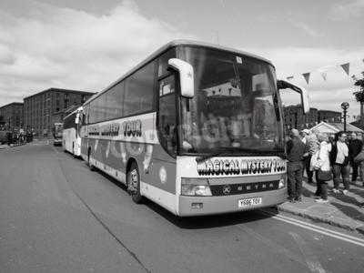 Fotomural LIVERPOOL, Reino Unido - alrededor de junio de 2016: The Beatles Mágico Mystery Tour bus en blanco y negro