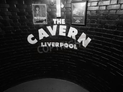 Fotomural LIVERPOOL, Reino Unido - CIRCA JUNIO 2016: The Cavern Club club nocturno en 10 Mathew Street donde The Beatles jugó en blanco y negro