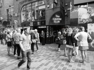 Fotomural LIVERPOOL, Reino Unido - CIRCA JUNIO 2016: The Cavern Club discoteca en 10 Mathew Street, donde The Beatles jugado en blanco y negro