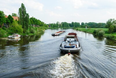 Fotomural Los buques de carga en el río Weser en Nienburg