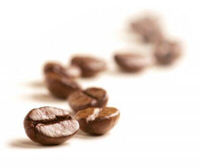 Fotomural Los granos de café dibujan una línea en zigzag aislado en blanco.