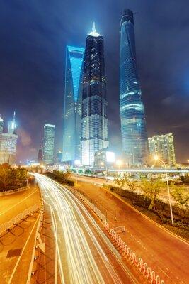 Fotomural los senderos de luz en el fondo moderno edificio en shanghai c