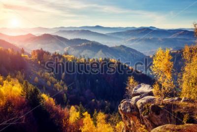 Fotomural Majestuosos árboles con vigas soleadas en el valle de la montaña. Escena matutina dramática y pintoresca. Hojas rojas y amarillas. Efecto tonificante cálido. Cárpatos, cresta de Sokilsky. Ucrania, Eur