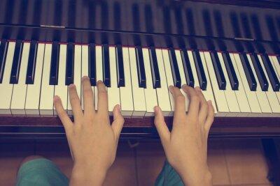 Fotomural Manos de la muchacha en el teclado del piano: filtro de época