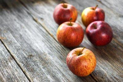 Fotomural Manzanas en el fondo de madera