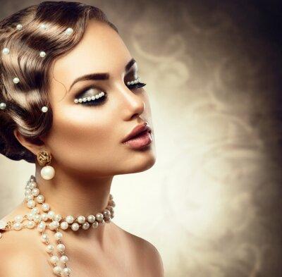 Fotomural Maquillaje de estilo retro con perlas. Hermosa mujer joven retrato
