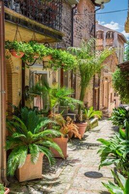 Fotomural Maravillosa calle decorada en pequeña ciudad en Italia, Umbría