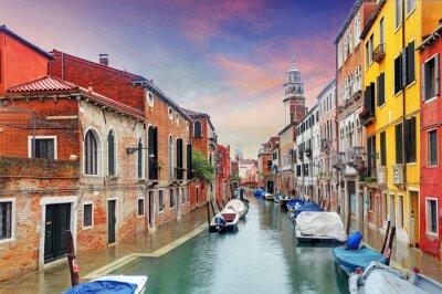 Fotomural Marco de Venecia, canal, coloridas casas y barcos, Italia