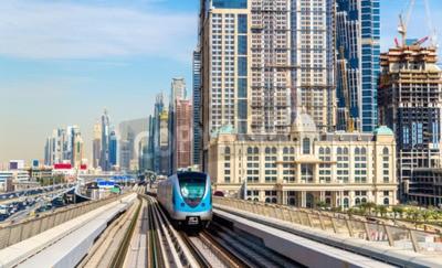 Fotomural Metro de tren en la línea roja en Dubai