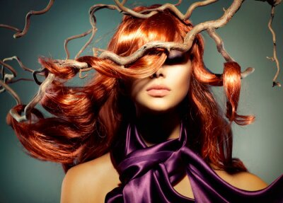 Fotomural Modelo de la mujer del retrato con el pelo largo rizado rojo