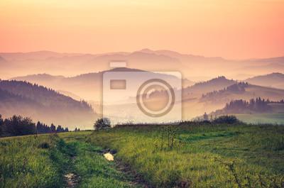 Fotomural Momentos antes del amanecer en brumoso Cárpatos montañas, la primavera, Polonia