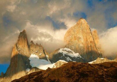 Fotomural Montaña de Fitz Roy en luces de la salida del sol. Los Glaciares National Par