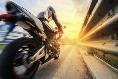 Fotomural Moto da strada sfreccia Vicino al guardarraíl al tramonto