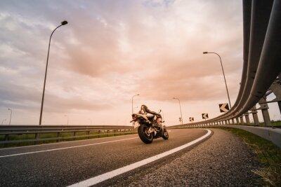 Fotomural Motociclista su moto da strada