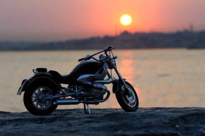 Fotomural Motos en las rocas en horas puesta del sol y de oro