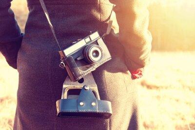 Fotomural Muchacha con la cámara retra de la vendimia.