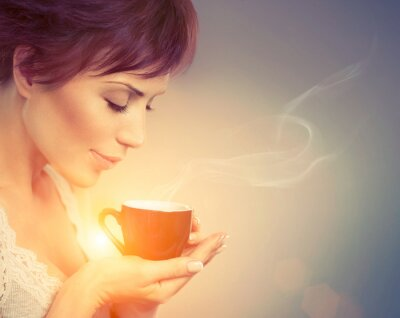 Fotomural Muchacha hermosa que goza del café. Mujer con la taza de bebida caliente