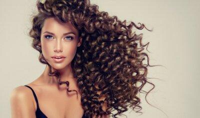 Fotomural Muchacha triguena con el pelo rizado largo y brillante. Modelo hermoso con el peinado ondulado.